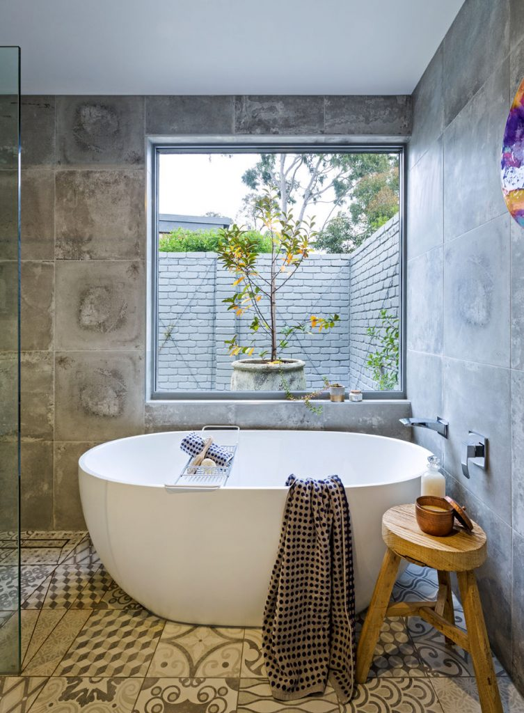 19 tricks to make a small bathroom look bigger first - How to make a small bathroom look larger ...